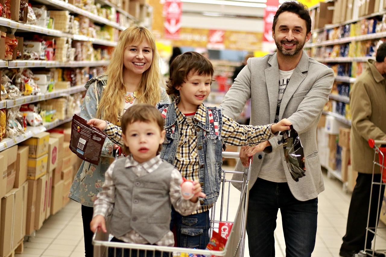 фото счастливая семья с покупками этого нового