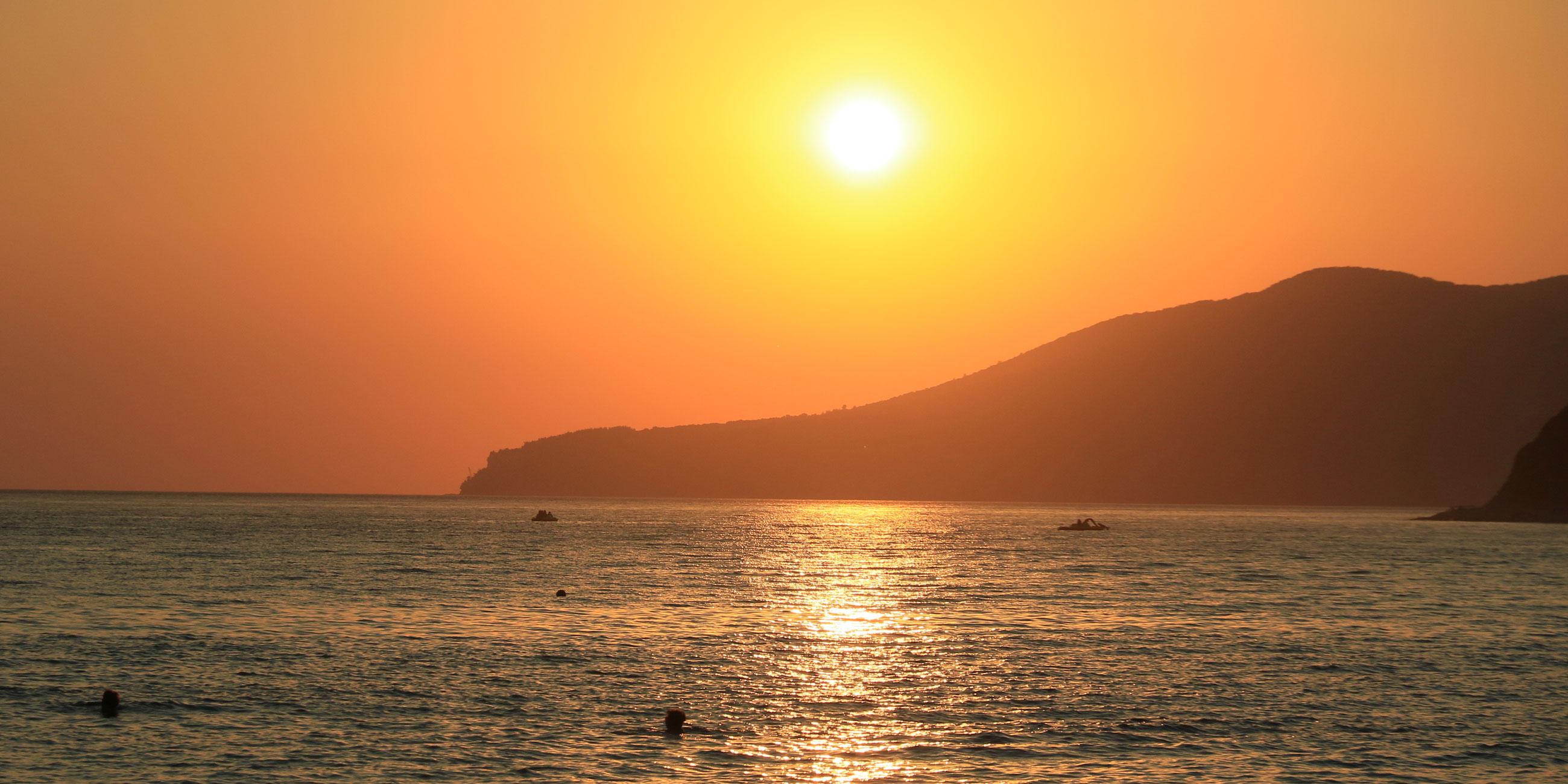 Приходите на пляж вечером, чтобы встретить закат