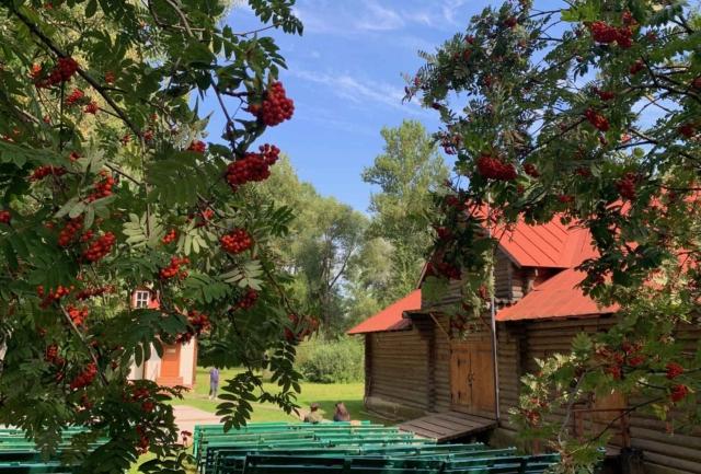 Имение Чехова: дом с витражами и яблоневый сад
