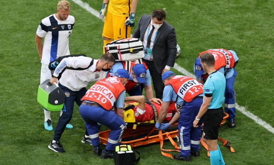 Марио Фернандеса уносят с поля в матче с финнами на Евро-2020. Фото: Reuters