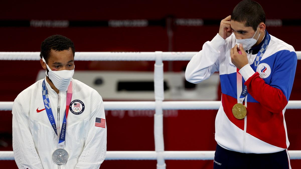 Российский боксер Альберт Батыргазиев с золотой медалью, американец - с серебром. Фото: REUTERS