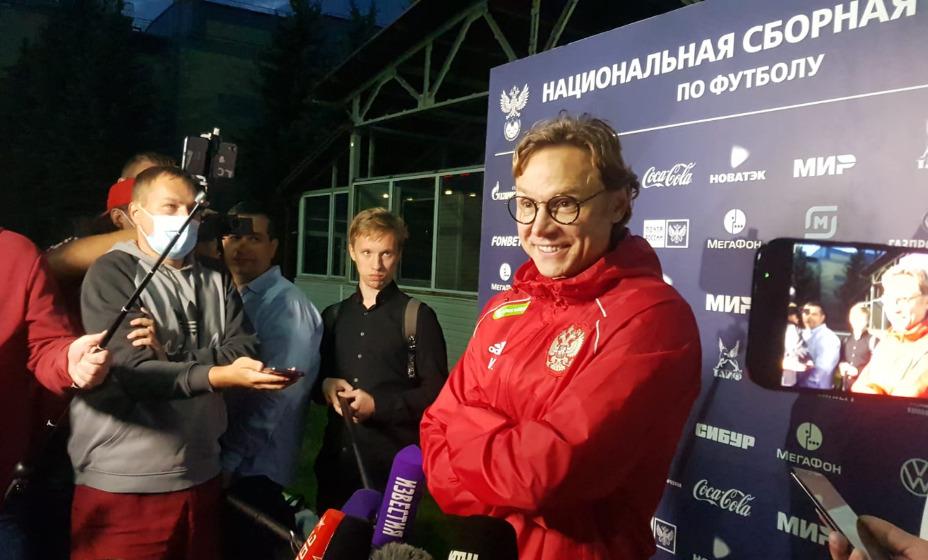 Главный тренер сборной России Валерий Карпин под прицелом микрофонов и камер. Фото: Алиса Титко